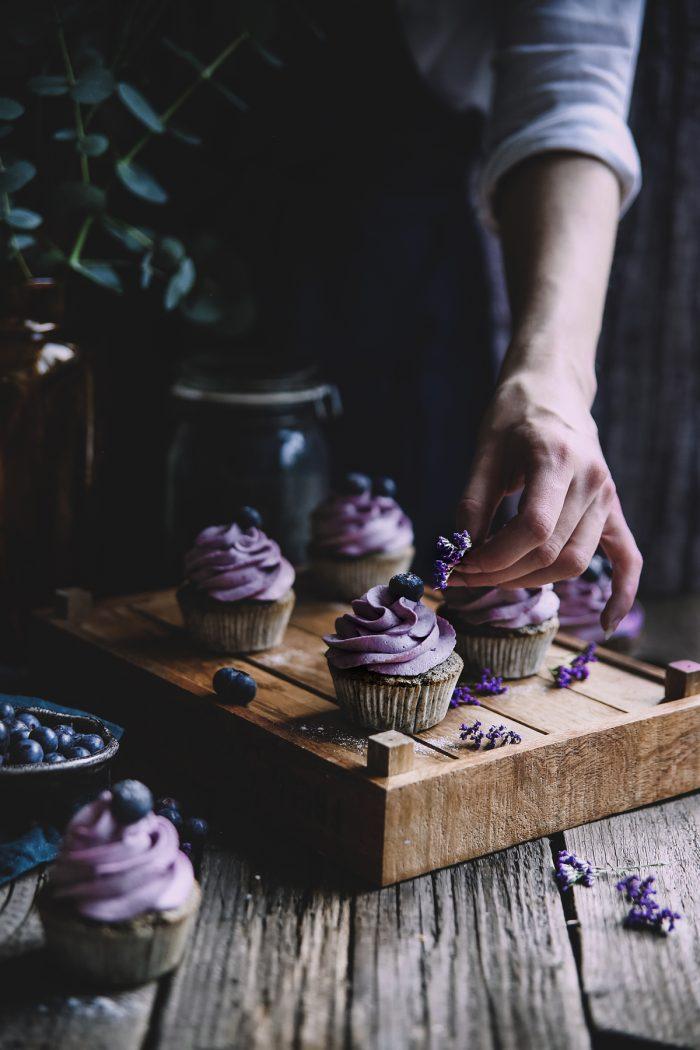 Makové cupcaky s čokoládou a černicovým krémom